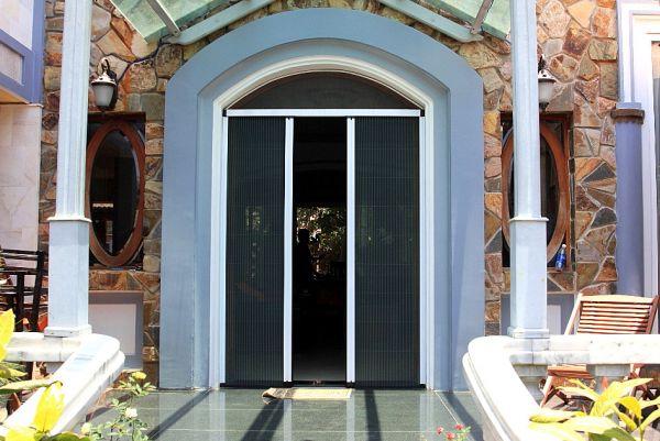 Cửa lưới chống muỗi dạng xếp hiện đại lắp cho cửa đi của ngôi nhà