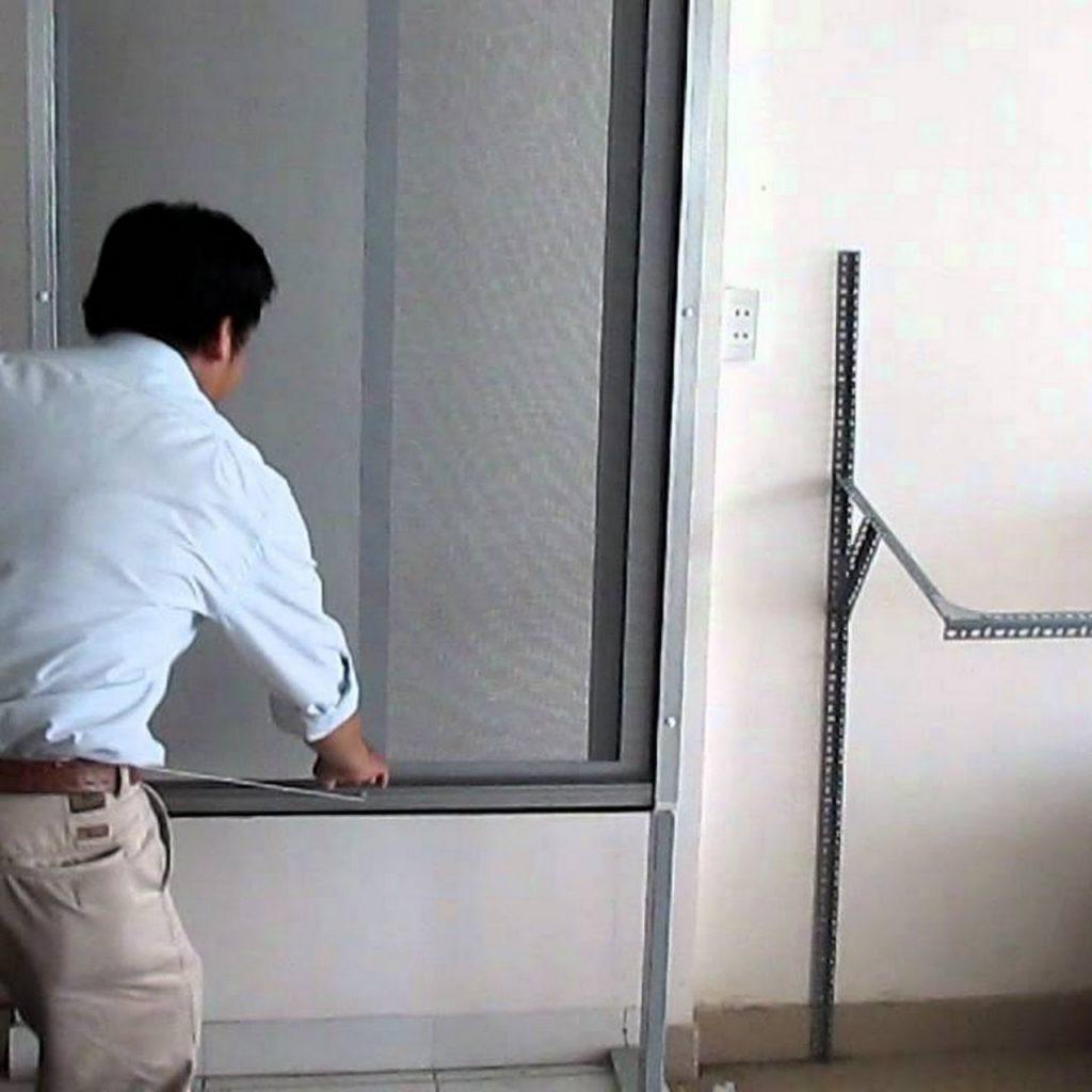 cửa lưới chống côn trùng tự cuốn hòa phát