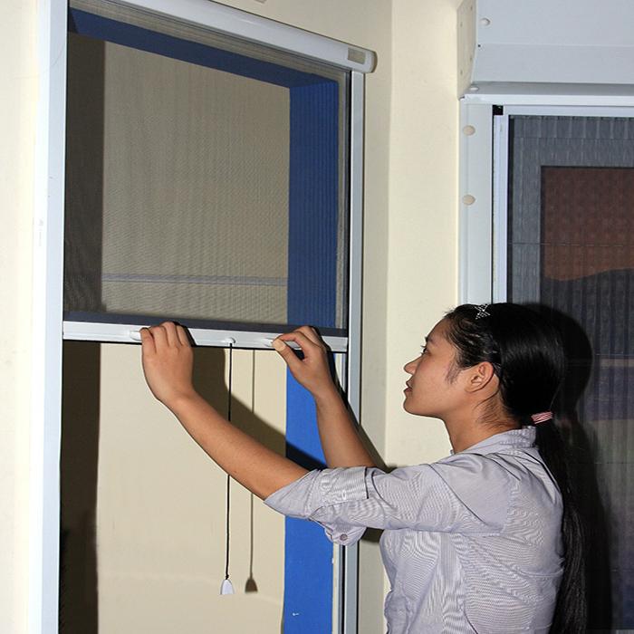 Cách sử dụng cửa lưới ngăn muỗi tự cuốn đúng cách
